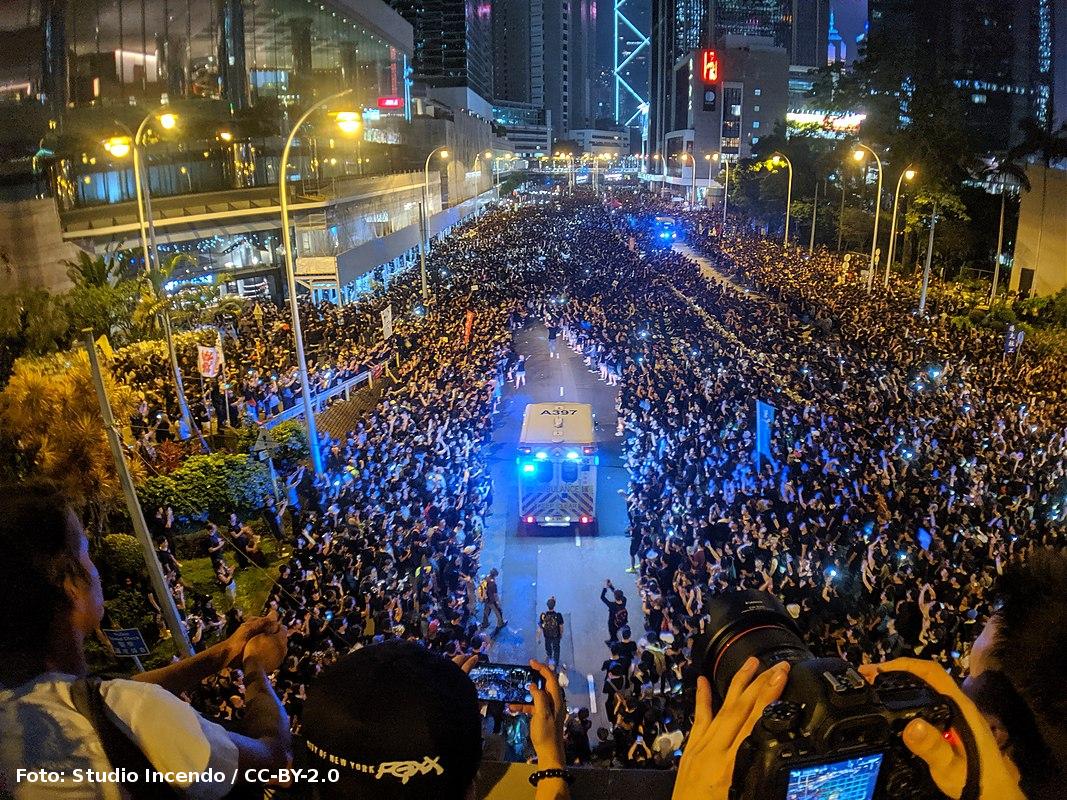 Demonstranten Hongkong gaan massaal aan de kant voor ambulance
