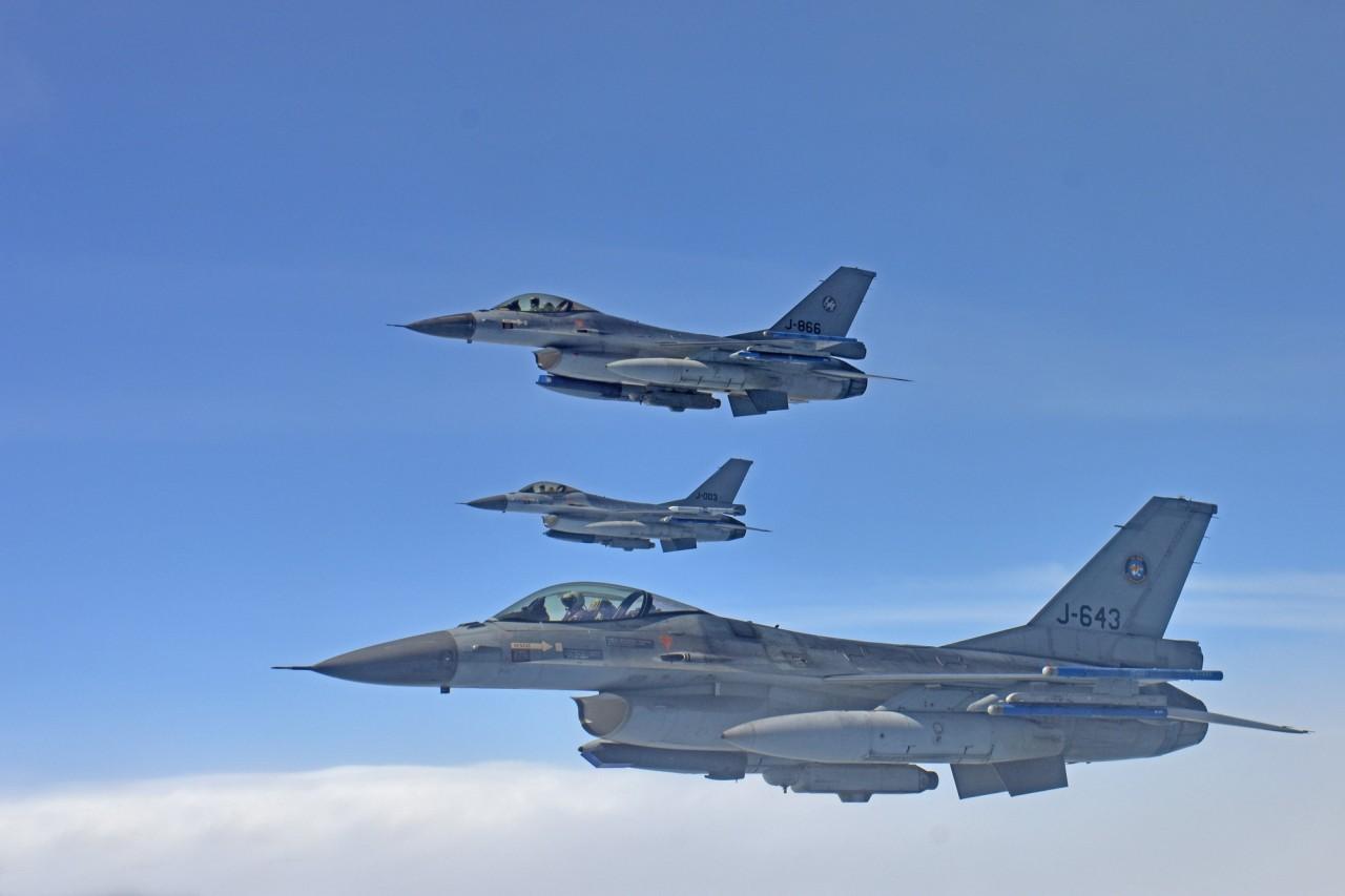 F-16's van de Koninklijke Luchtmacht boven de Noordzee tijdens EART