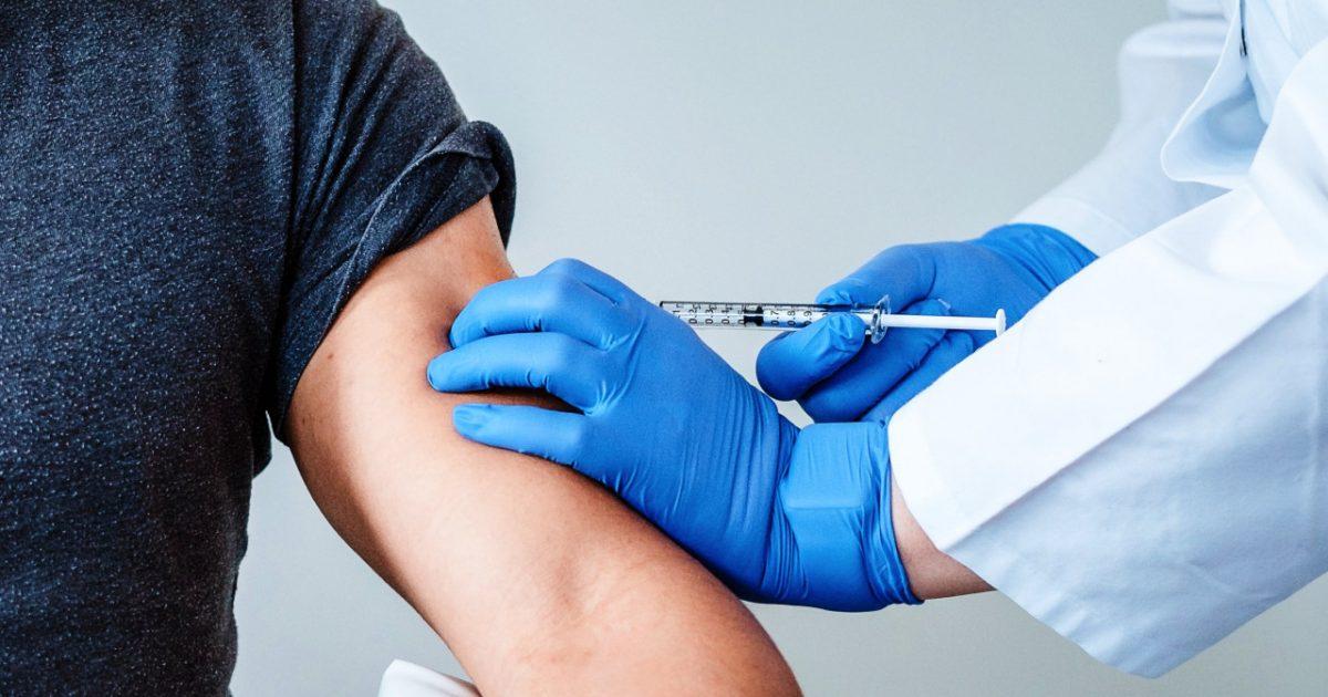 Foto - De eerste proefpersoon krijgt het Pfizer-vaccin - Foto BionTech